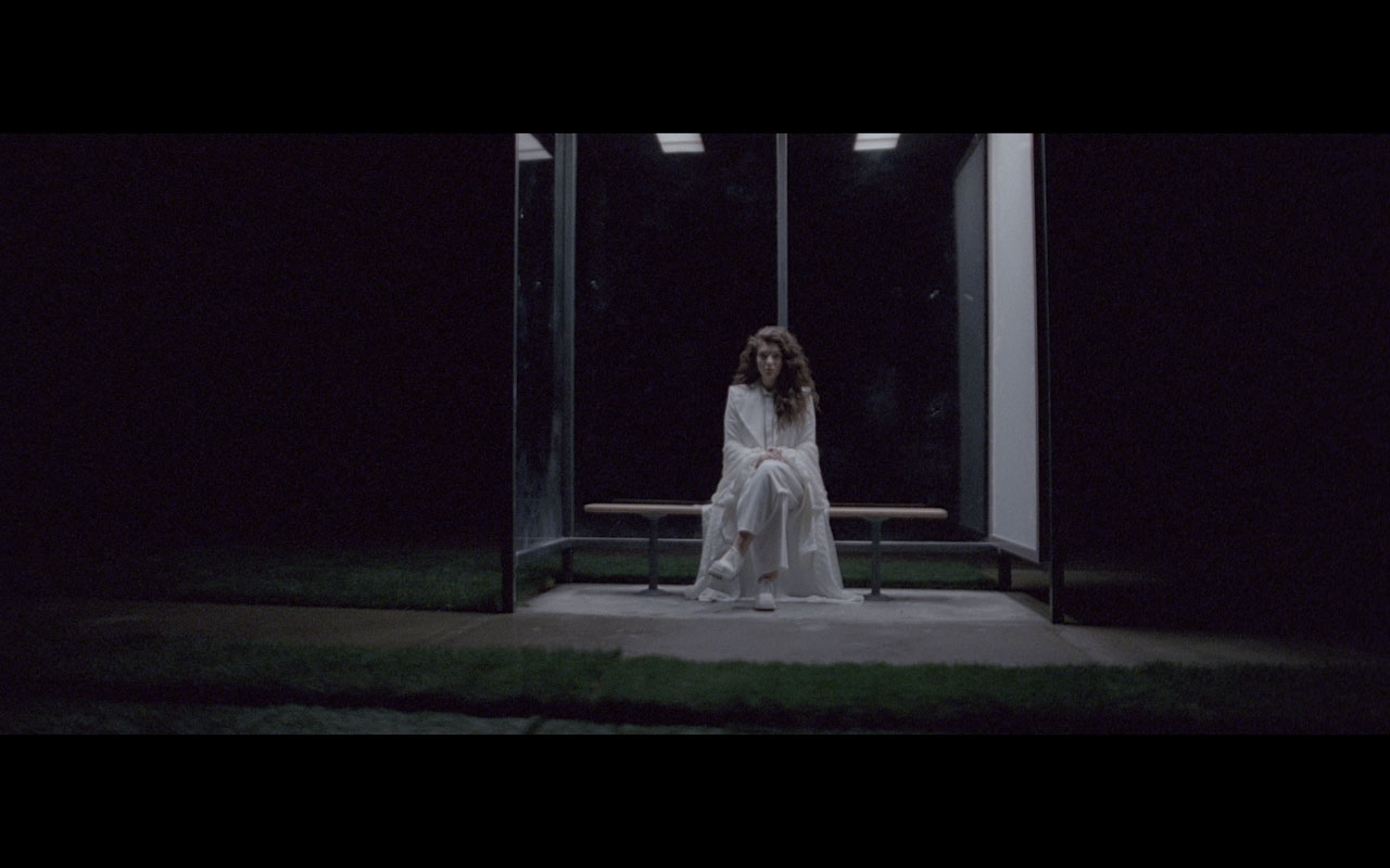 img/stills/lorde/white-suit-bus-stop.jpg